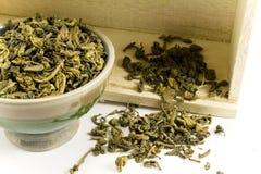 Grüner Tee und ein Kasten Stockfotos