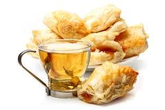 Grüner Tee und französisches Gebäck Lizenzfreie Stockfotos
