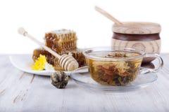 Grüner Tee und Honig auf einem weißen Hintergrund Lizenzfreie Stockfotos