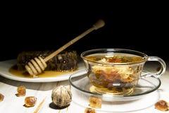 Grüner Tee und Honig auf einem weißen Hintergrund Lizenzfreie Stockbilder