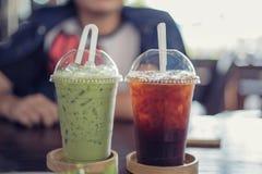 Grüner Tee und Tee kühl auf Tabelle lizenzfreie stockfotografie