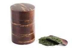 Grüner Tee und Tee-Kanister gemacht von Kirschblüte Stockfotografie