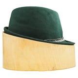 Grüner Tiroler geglaubter Hut auf hölzernem Block der Linde Lizenzfreies Stockfoto