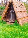 Grüner Tourismus, authentische hölzerne Struktur mit Strohdach, Nahaufnahme lizenzfreies stockbild