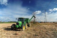Grüner Traktor auf dem Bauernhofgebiet Stockfotografie