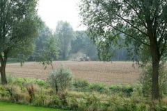 Grüner Traktor auf einem Gebiet Lizenzfreies Stockfoto