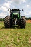 Grüner Traktor auf Gras Lizenzfreies Stockbild