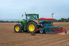 Grüner Traktor und blauer Himmel Lizenzfreie Stockfotografie
