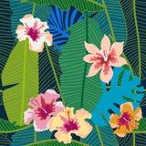 Grüner tropischer Hintergrund mit Bananenblättern und -blumen Stockfoto