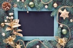 Grüner und goldener Weihnachtshintergrund Verziertes Tannenzweige aroun Lizenzfreies Stockbild