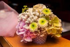 Grüner und rosa Blumenblumenstrauß stockbild