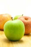 Grüner und roter Apfel Lizenzfreie Stockfotos