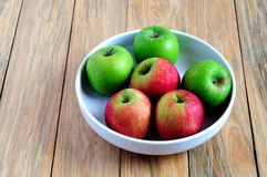 Grüner und roter Apfel auf einer Schüssel Stockbild