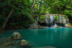 Grüner und sauberer Wasserfall Breathaking im tiefen Wald, Erawan-` s Lizenzfreie Stockbilder