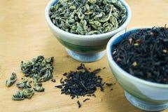 Grüner und schwarzer Tee Stockfotos