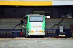 Grüner und weißer Bus in einem offenen Busbahnhof stockfotos