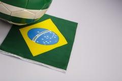 Grüner und weißer Fußballball auf der Brasilien-Flagge Lizenzfreies Stockbild