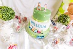 Grüner und weißer Geburtstags-Kuchen mit einer jährigen Kerze und Teddybären Stockfoto