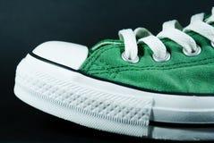 Grüner und weißer Schuh Stockfotografie
