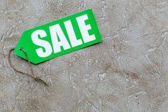 Grüner Verkaufsaufkleber auf hellem Steincopyspace Draufsicht des hintergrundes Stockfotos