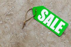 Grüner Verkaufsaufkleber auf hellem Steincopyspace Draufsicht des hintergrundes Stockfoto
