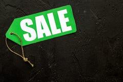 Grüner Verkaufsaufkleber auf schwarzem Steincopyspace Draufsicht des hintergrundes Stockfotos