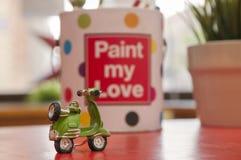 Grüner Vespa und Liebe Stockbild