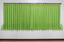 grüner Vorhang in der Wohnung Stockbild