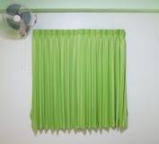 grüner Vorhang mit Fan Lizenzfreie Stockfotos
