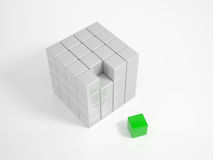 Grüner Würfel ist das fehlende Stück Stockbild