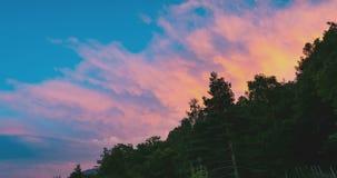Grüner Wald mit bunten beweglichen Wolken über den Alpen im Sommer, Turin-Provinz, Italien Zeitspanne, die von Sonnenlicht zu Däm stock footage