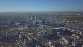 Grüner Wald um die Stadt stock video footage