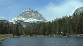 Grüner Waldumgebender Gebirgssee in den Dolomit, cloudscape, Zeitspanne stock footage