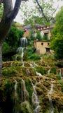 Grüner Wasserfall in Spanien lizenzfreie stockfotos