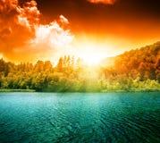Grüner Wassersee und -sonnenuntergang Stockfotografie