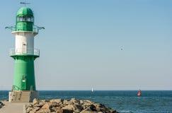 Grüner weißer Leuchtturm am Hafeneingang in WarnemÃ-¼ nde stockfotografie