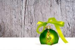 Grüner Weihnachtsball Stockbild