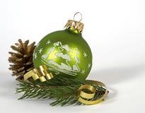 Grüner Weihnachtsball Lizenzfreies Stockfoto