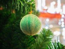 Grüner Weihnachtsball auf Weihnachtsbaum Lizenzfreies Stockbild