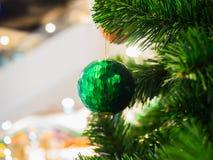 Grüner Weihnachtsball auf Weihnachtsbaum Lizenzfreie Stockfotografie
