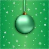 Grüner Weihnachtsball mit Band Lizenzfreie Stockfotografie