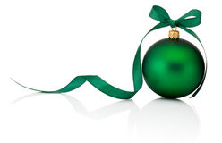 Grüner Weihnachtsball mit dem Bandbogen lokalisiert auf weißem Hintergrund Lizenzfreies Stockfoto