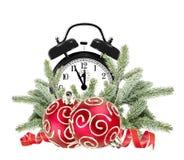Grüner Weihnachtsbaum, Dekorationen und Wecker lokalisiert Lizenzfreies Stockbild