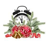 Grüner Weihnachtsbaum, Dekorationen und Wecker lokalisiert Lizenzfreies Stockfoto