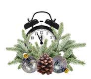 Grüner Weihnachtsbaum, Dekorationsbälle und Wecker lokalisiert Stockfotografie