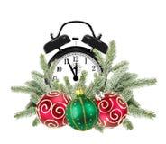 Grüner Weihnachtsbaum, dekorative rote Bälle und Wecker Stockbild