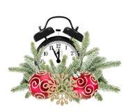 Grüner Weihnachtsbaum, dekorative rote Bälle und Wecker Lizenzfreies Stockbild