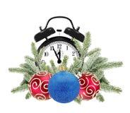 Grüner Weihnachtsbaum, dekorative rote Bälle und Wecker isola Stockbild