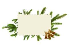 Grüner Weihnachtsbaum, goldene Glocken und Grußkarte lokalisiert Lizenzfreies Stockfoto