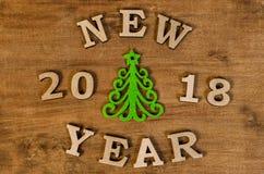 Grüner Weihnachtsbaum und neues Jahr des Zeichens vom hölzernen Buchstaben Lizenzfreies Stockfoto